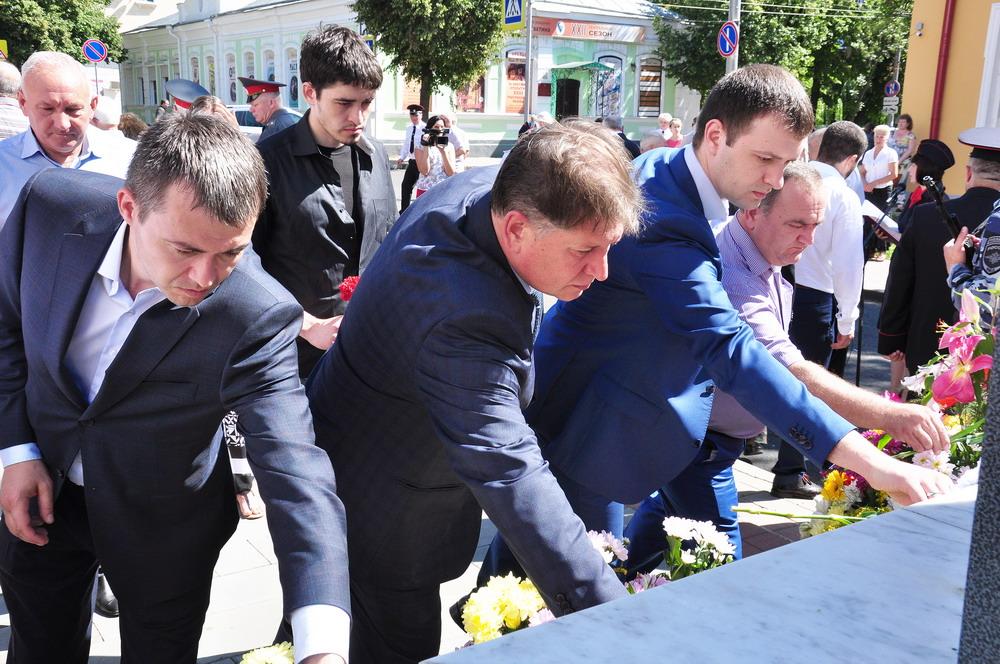 Возложение цветов к памятнику сотрудникам ОВД Орловской области